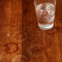 Plamy z wody na drewnie