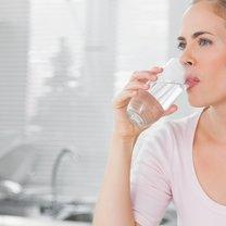 Picie wody z imbirem