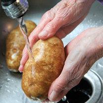 Umyj surowego ziemniaka.