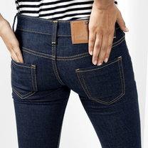 obcisłe dżinsy