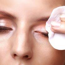 Domowy preparat do demakijażu oczu wrażliwych krok 1