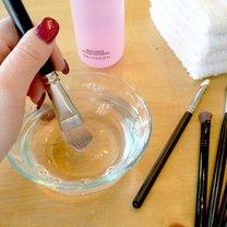 Jak prawidłowo czyścić pędzle do makijażu krok 1