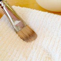 Jak prawidłowo czyścić pędzle do makijażu krok 2