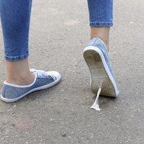 Jak pozbyć się gumy do żucia z podeszwy buta?