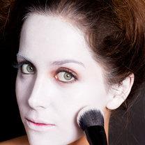 malowanie twarzy na biało