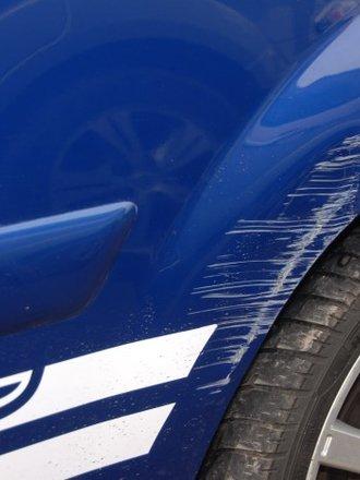 Jak usunąć rysy na lakierze samochodowym