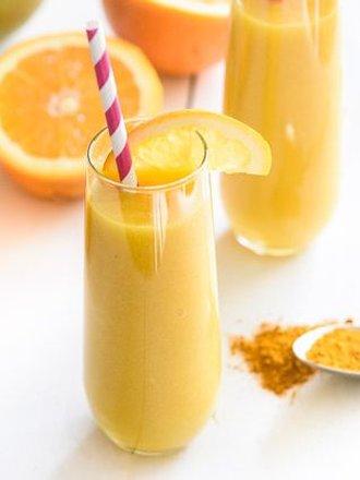 Domowy koktajl z pomarańczą i kurkumą