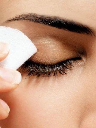 Domowy preparat do demakijażu oczu wrażliwych