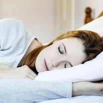 spanie na lewym boku zdrowie