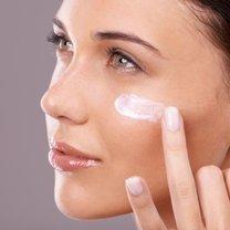 aplikacja kremu na twarz