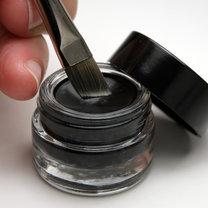 domowy eyeliner z węglem