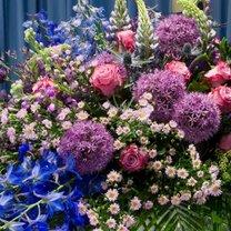 Nie tylko wielobarwne chryzantemy doskonale nadają się do stworzenia wiązanek, którymi dekorujemy...
