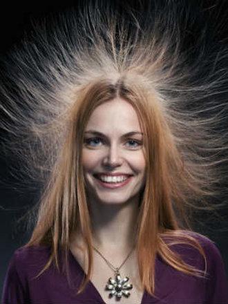 elektryzowanie się włosów