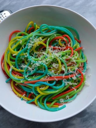 kolorowe spaghetti