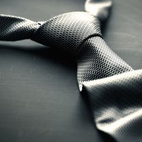 Zadbany krawat to podstawa eleganckiego wyglądu mężczyzny. Sprawia, że prezentuje się on poważnie...