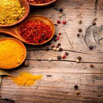 Uwielbiamy ich używać, gdyż nadają potrawom wyrazistego smaku i aromatu. O czym mowa? O przyprawach...