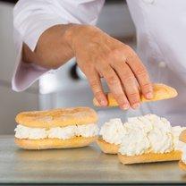 Bita śmietana to apetyczny dodatek do ciast, który doskonale komponuje się z rozmaitymi deserami lodowymi...