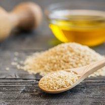 Bogate w wapń, fitosterole i przeciwutleniacze ziarna sezamu oraz tłoczony z nich na zimno olej naturalnie...
