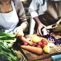 Każdy, kto regularnie gotuje, z pewnością zna i stosuje pewne sztuczki, które ułatwiają mu gotowanie...