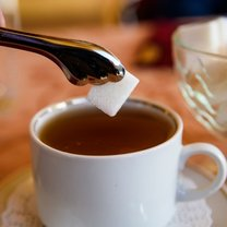 Herbata, ale również i inne napoje, na przykład kawa, od lat pite są z cukrem. Jednak możemy słodzić...