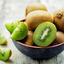 Kiwi to popularny, ale jednocześnie niedoceniony owoc, przynajmniej w Polsce. Fakt sięgamy po niego...