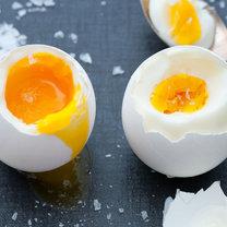 Ugotowanie jajka wydaje się nie być skomplikowanym zadaniem, jednak w praktyce może przysporzyć niektórym...