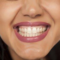 Zgrzytanie zębami - definiowane przez ekspertów jako bruksizm - może występować zarówno podczas...