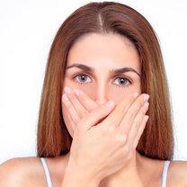 Brzydki zapach z ust to prawdziwa zmora wielu osób, przez którą ograniczamy nawet kontakty towarzyskie...