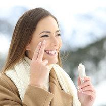 Zima nie jest łatwym czasem dla naszej skóry. Nieustanne wiatry, mrozy, zmiany temperatur, suche powietrze...