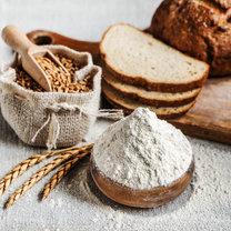 Mąkę orkiszową warto włączyć do codziennej diety. Nadaje się do wypieków, przyrządzania chleba...