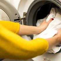 Współcześnie zrobienie prania jest nie za bardzo skomplikowaną czynnością. Wystarczy do pralki wrzucić...