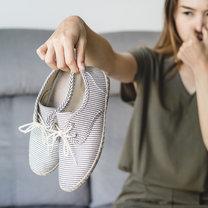 Pewnie nie raz zdarzyło się, że po wyciągnięciu stóp z butów, pachniały bardzo nieprzyjemnie...