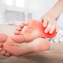Piekący ból stóp to dość częsta przypadłość. Kiedy jednak się nasila, może znacznie utrudniać...