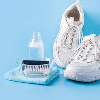 Białe buty są niezwykle popularne i często noszą je zarówno kobiety i mężczyźni. Wykonywane są...